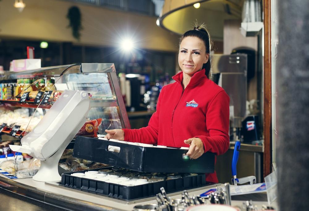 Jessica Puolakan työ liikenneasemalla on monipuolista. Hänet voi nähdä yhtä hyvin hampurilaisia tekemässä kuin kassalla. Kuva: Lauri Rotko