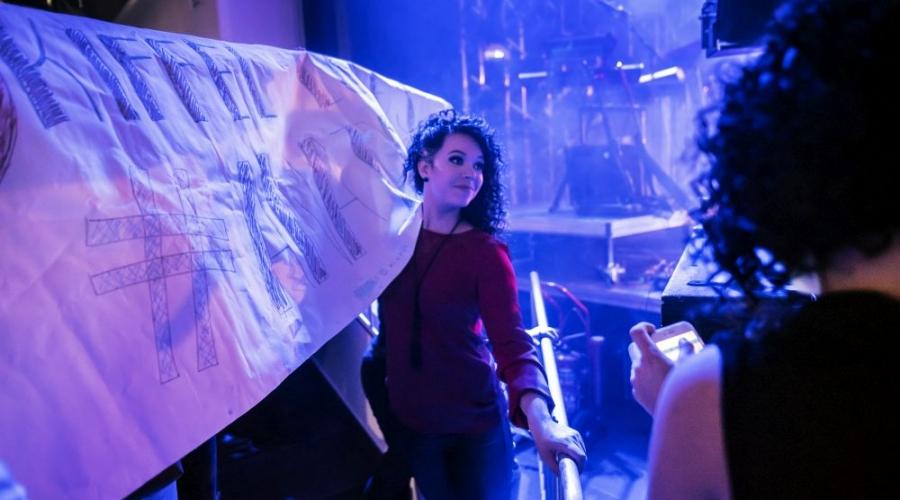 Työkavereilla on hauskaa myös vapaalla, kuten Antti Tuiskun keikalla Vaasan Rewell Centerissä. Jenni Parpala pitelee kiffeliläisten banderollia.