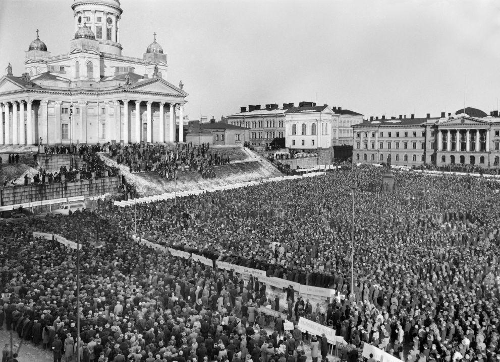 Helsingin Senaatintorilla järjestettiin suurmielenosoitus yleislakon aikaan vuonna 1956. Kuva: Lehtikuva