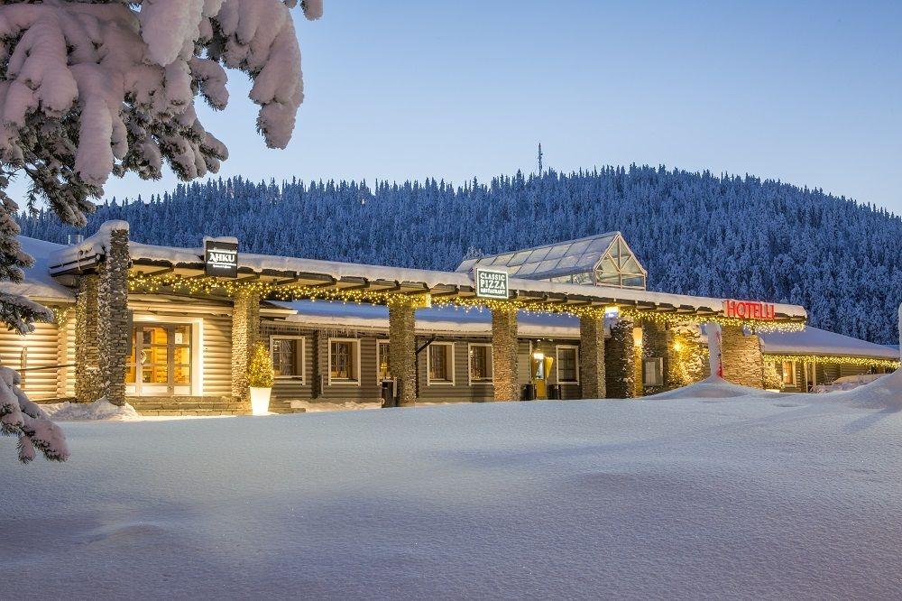 220 huoneen kylpylä-hotelli sijaitsee Sirkassa muutaman minuutin kävelymatkan päässä Levi-tunturista.