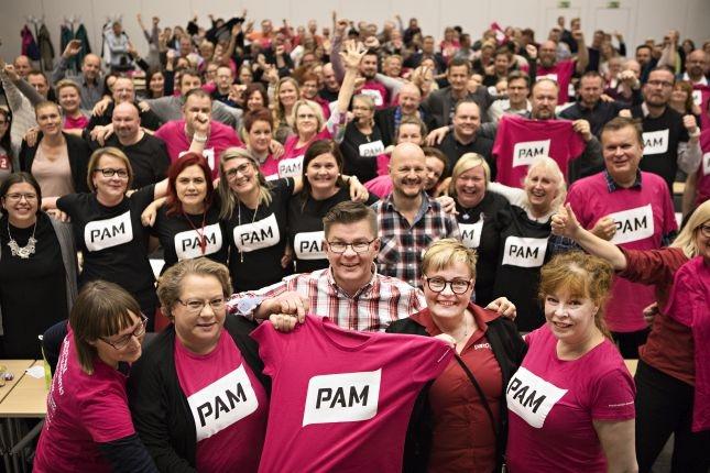 PAMin eri alojen sopimusalatoimikunnat kokoontuivat lokakuussa Vantaalla linjaamaan liiton tes-tavoitteita. Edunvalvontajohtaja Jaana Ylitalo (toisessa rivissä toinen vasemmalta) oli mukana hakemassa voimia tulevaan. Kuva: Eeva Anundi