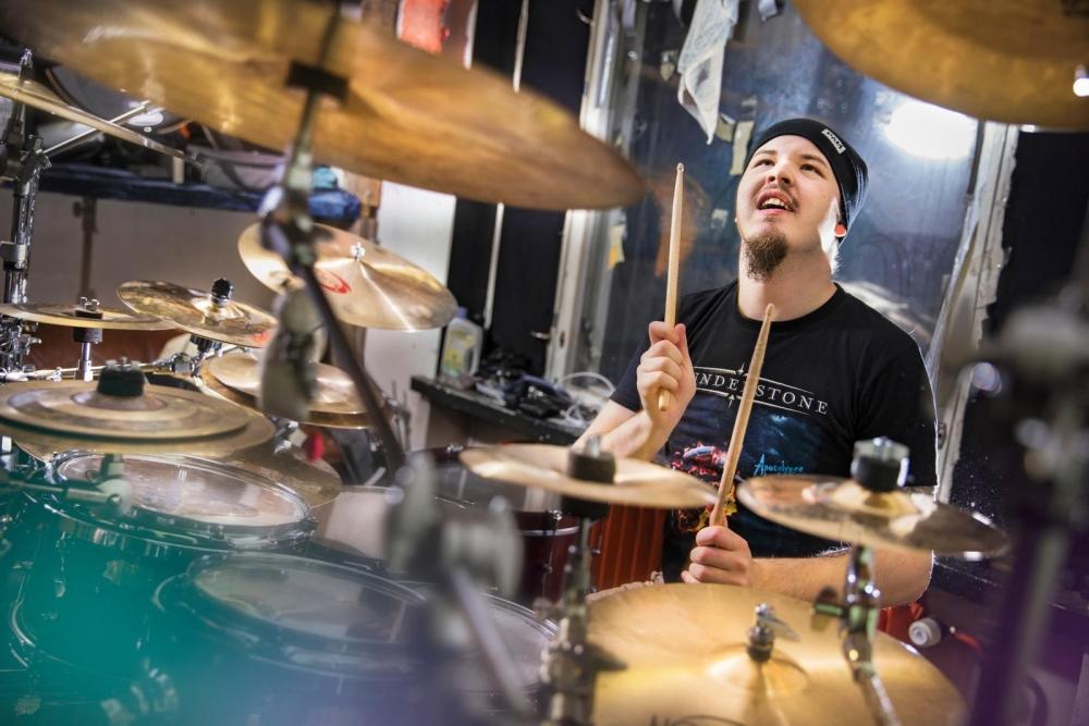 Pesu voitti Suomen toiseksi parhaan rumpalin tittelin vuoden 2014 Battle of Drums -kilpailussa. Kuvat: Marja Seppälä
