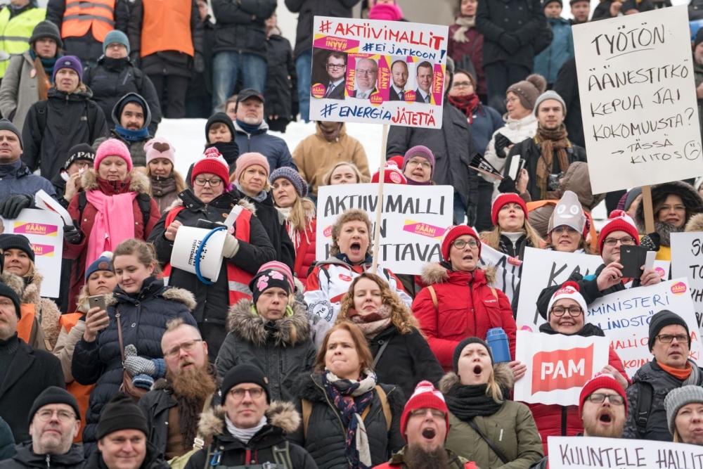 Senaatintori täyttyi pamilaisista ja muista mielenosoittajista perjantaina. Kuva: Jukka Rapo
