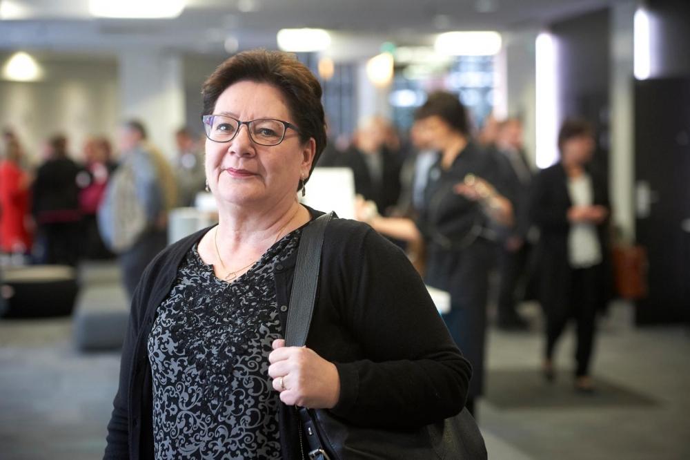 SAK:n tutkimusasiantuntija Riitta Juntunen on pohtinut ruokalähettien työehtosopimuskysymystä Mahdollisuuksien aika -hankkeen parissa. Kuva: Pekka Elomaa
