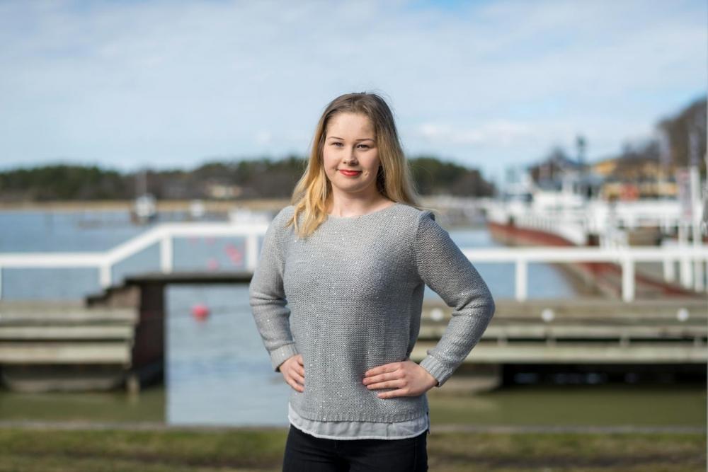 Katariina Linden valmistaa muun muassa salaatteja sekä ravintolan asiakkaille että kauppoihin myytäväksi. Kuva: Veli-Matti Väärä