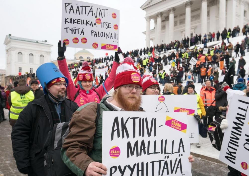 Aktiivimallia vastustettiin mielenosoituksessa Helsingissä helmikuussa. Kuva: Jukka Rapo