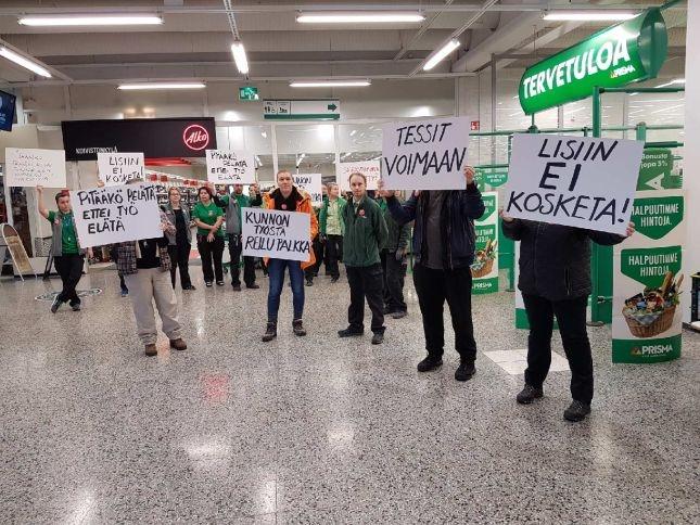 Koivistonkylän Prisman työntekijät halusivat osoittaa tukensa PAMin tes-neuvottelijoille ja pitivät hiljaisen mielenilmauksen tänään 21. helmikuuta.