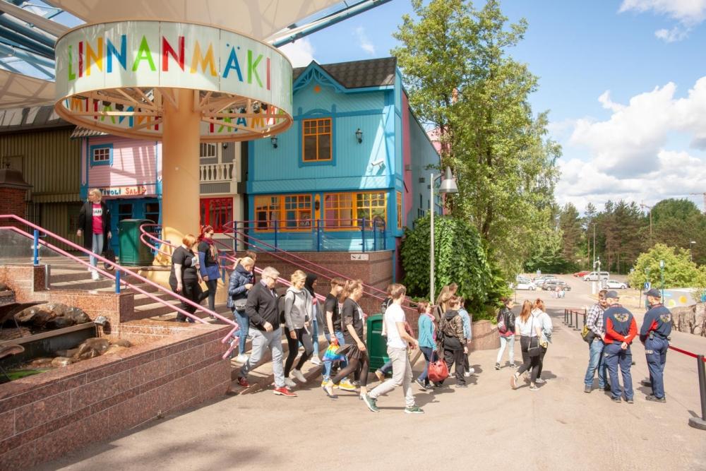 PAMin työntekijät ja aktiivit joutuivat poistumaan Linnanmäeltä, koska heitä kiellettiin puhumasta työntekijöiden kanssa. Kuva: Tero Leponiemi