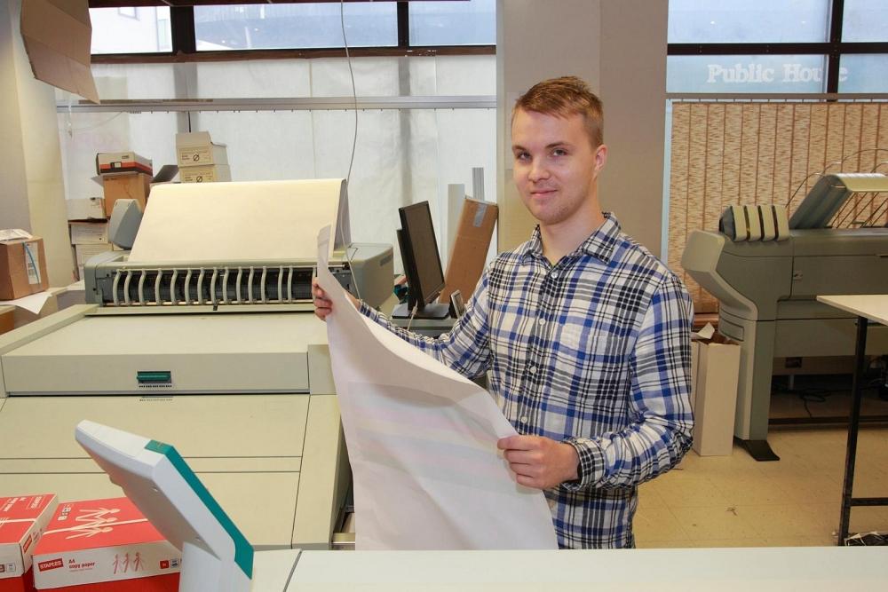 Iisakki Kaaretkoski näkee digitalisaatiokehityksen muuttavan kopio- ja tulostusalalla käytettävää teknologiaa, mutta uskoo asiakkaiden tarpeiden säilyvän entisellään. Kuva: Timo Lindholm.