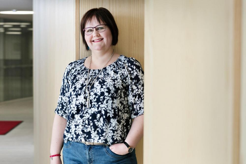 Kouluttaja Katja Noro kannustaa kaupan alan työpaikkojen luottamushenkilöitä ilmoittautumaan mukaan Nuoret ja työelämä -seminaariin.