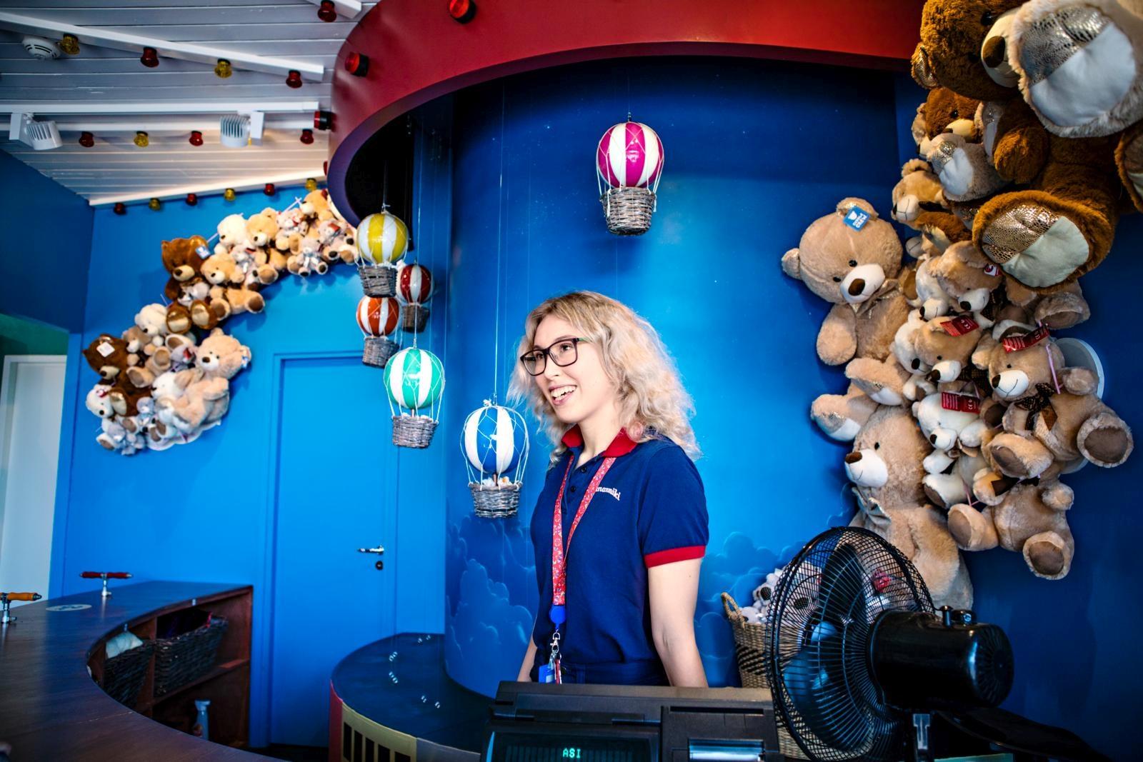 Kerttu-Liina Oksanen on saanut kokeneemmilta työkavereilta arvokkaita vinkkejä pelien juontamiseen. Kuva: Eeva Anundi
