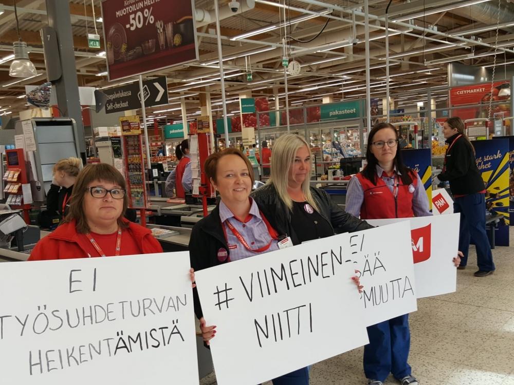 K-Citymarket Raahen ja Oulun työntekijät pysäyttivät kassalinjat tänään puoliltapäivin. Kuva: Risto Kalliorinne