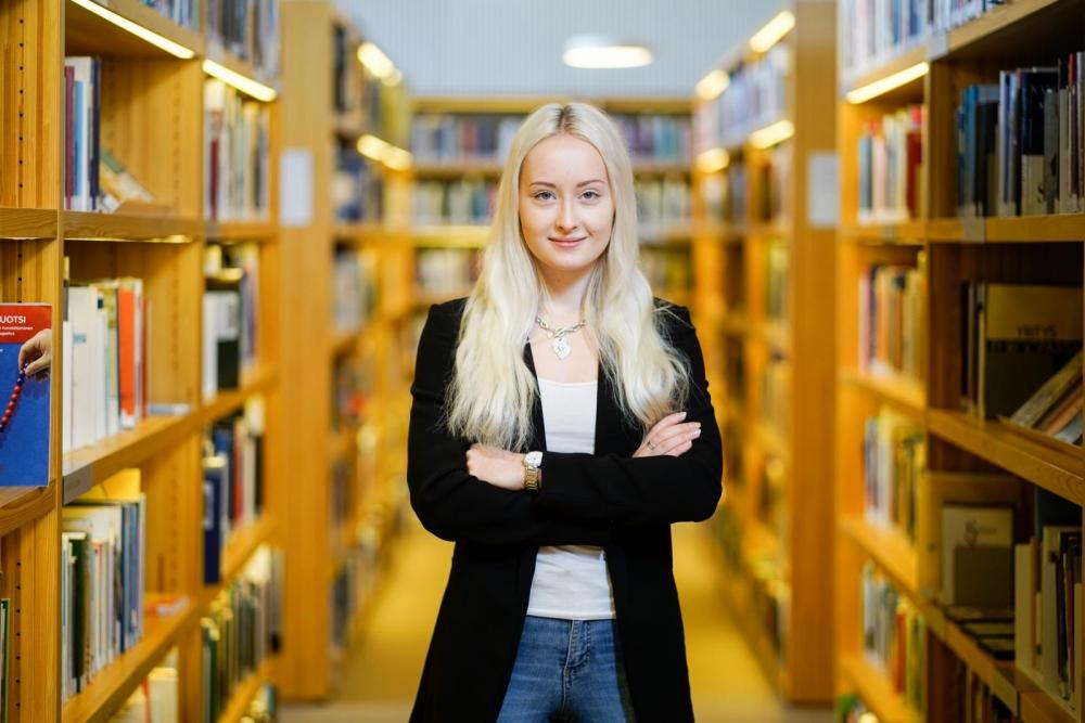 Runoja kirjoittava, musikaalinen, liikunnallinen ja eläinrakas Aliina Reinilä jakaa tarmoaan myös ammattiyhdistystoimintaan. Kuva: Timo Aalto