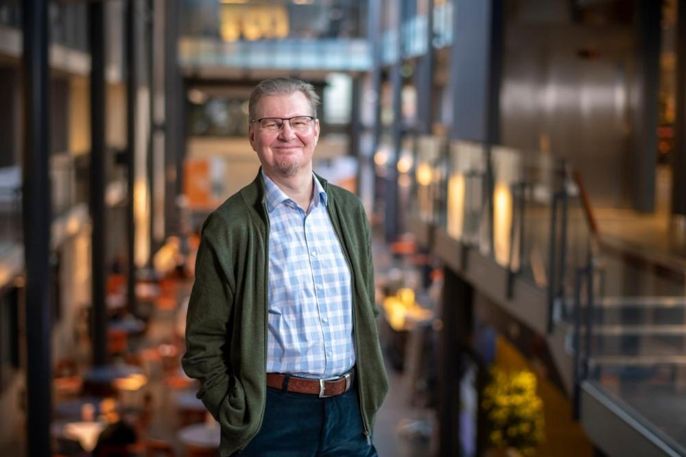 Tutkija Juha Kaskisen mukaan työntekijöiden täytyy päivittää osaamistaan ja taitojaan tulevaisuudessa entistä useammin alasta riippumatta. Kuva: Vesa-Matti Väärä.