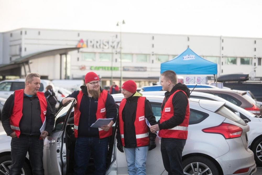 Lakkovahdit Jukka Kärnä, Ville Toivari, Marko Kauko ja Joni Laurikainen aamun kierroksellaan. Kuva: Arttu Muukkonen