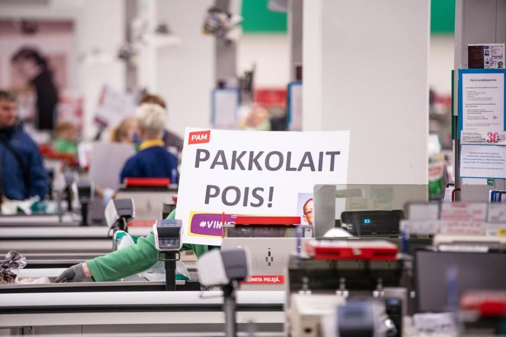 Kuva on otettu kassatyöntekijöiden mielenilmauksessa Mikkelin Prismassa 28.9. Kuva: Akseli Muraja