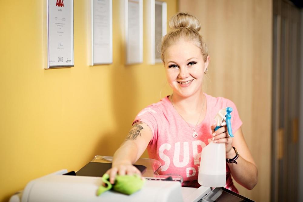 Järvenpääläinen Petra Tapper nauttii liikkuvasta työstään koti- ja toimistosiivoojana. Kuva: Eeva Anundi