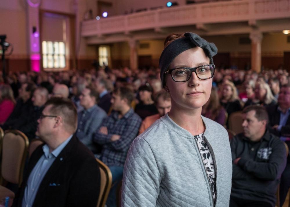 Puuilossa työskentelevä Sanna Sipinen lähetti kipakoita terveisiä maan hallitukselle. Kuva: Jukka Rapo