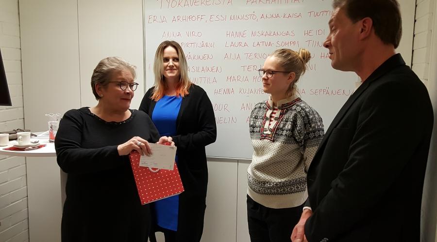 PAMin puheenjohtaja Ann Selin sekä Johanna Rajalahti, Miira Salo sekä Kimmo Alatalo palkitsemistilaisuudessa.