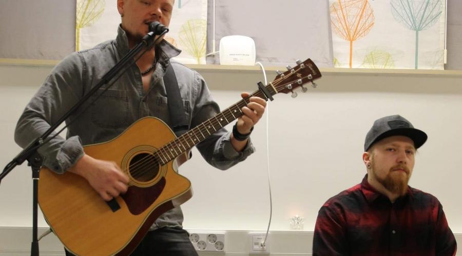 Lauluntekijä Markus Lukkarila ja muusikko Jani Vaheran esittivät tilaisuutta varten tehdyn kappaleen