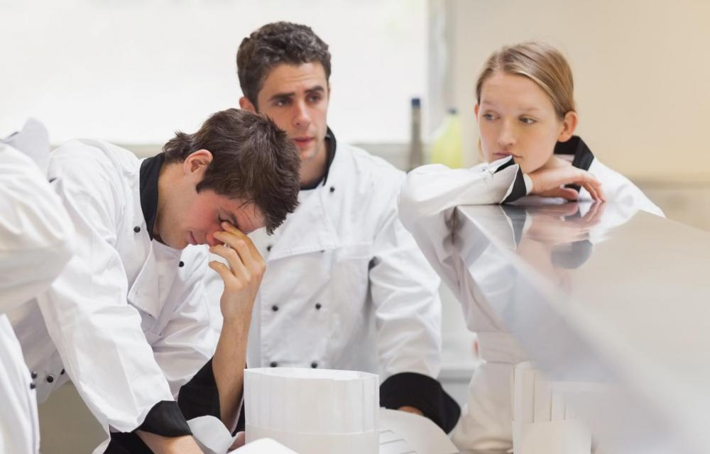 Kova työtahti, työn epävarmuus tai päällekkäiset työtehtävät voivat uuvuttaa palvelualojen työntekijöitä. Kuva: Getty Images