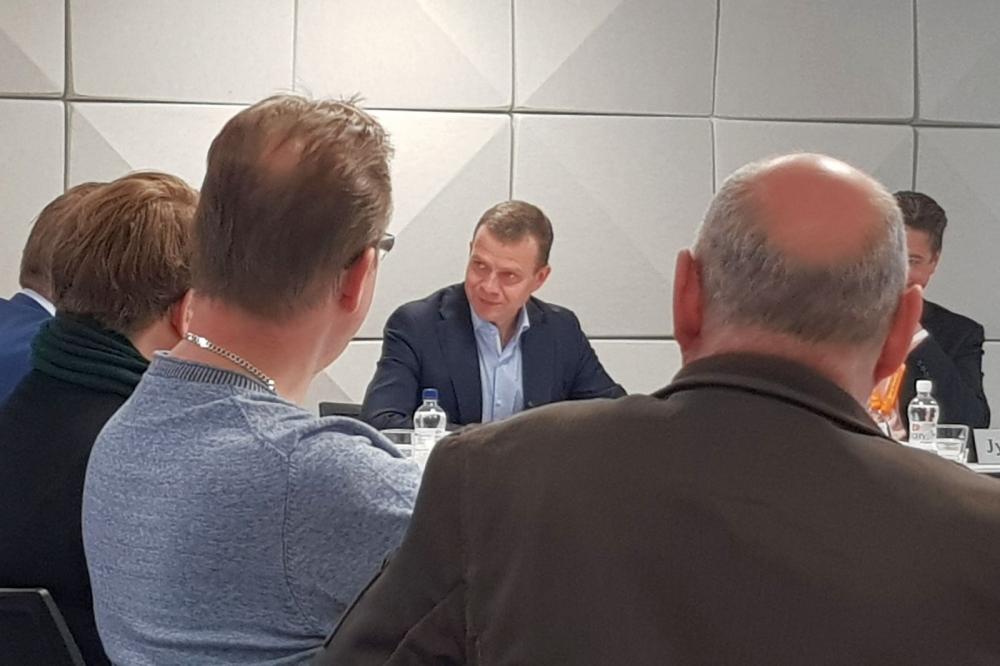 Petteri Orpo (keskellä) keskusteli PAMin hallituksen jäsenten kanssa tiistaina. Kuva: Miia Järvi
