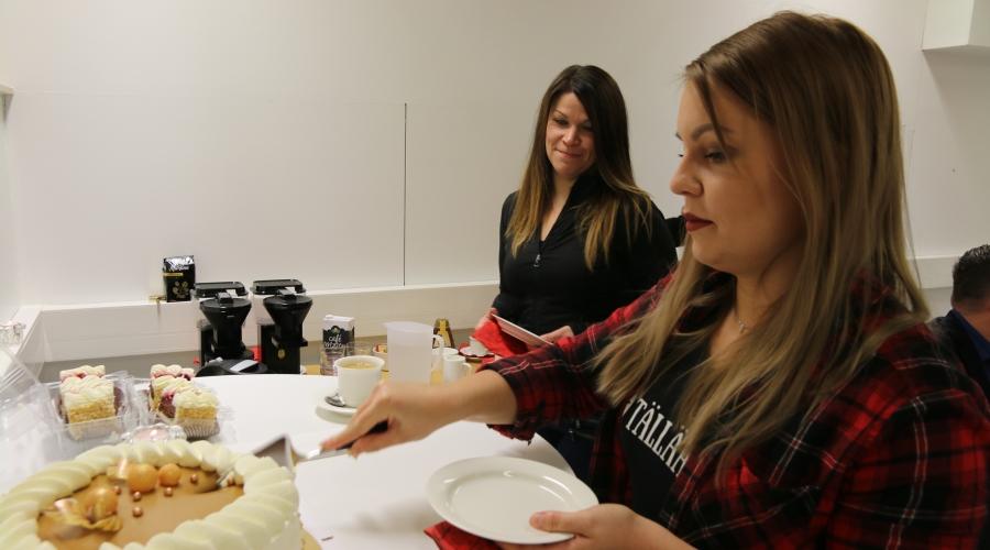 Essi Niinistö ja Anna-Kaisa Tuuttila leikkaavat palkintokakkua.