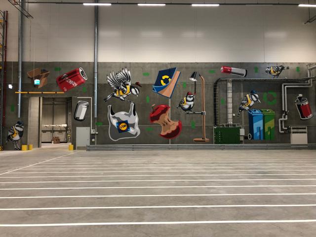 Lidlin Järvenpään jakelukeskuksen kierrätysaiheiset seinämaalaukset on tehnyt Jukka Hakanen. Kuva: Lidl