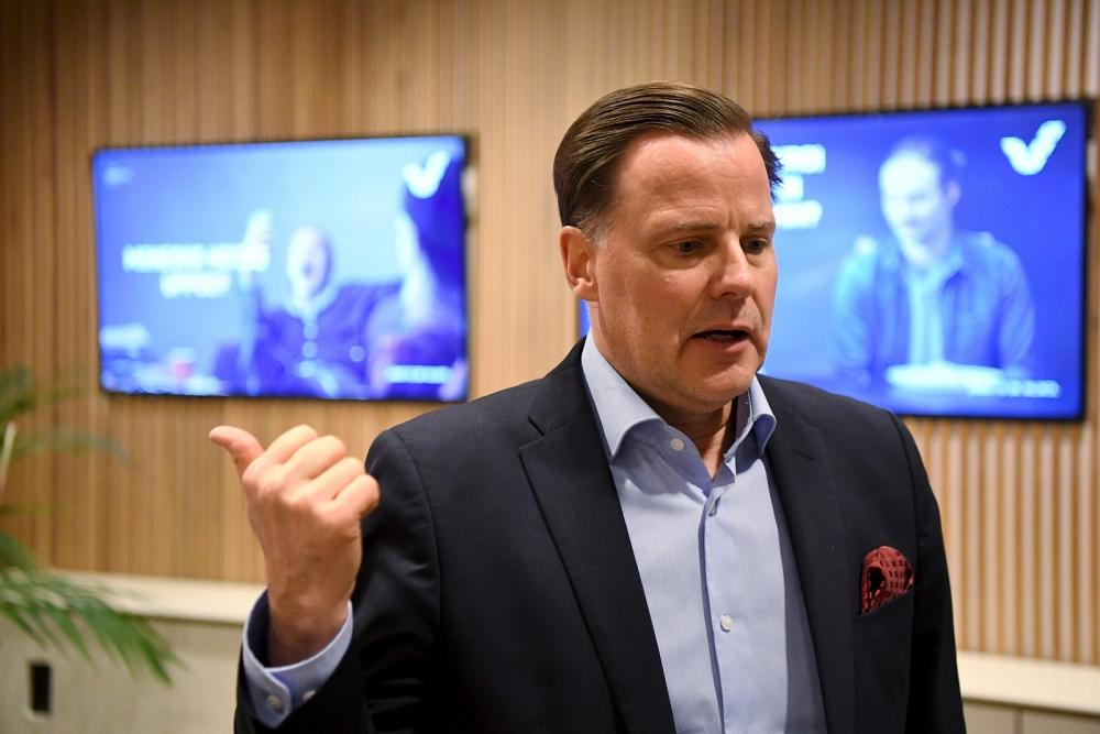 Veikkauksen toimitusjohtaja Olli Sarekoski kertoi yhtiön suunnittelevan merkittäviä uudistuksia omiin pelipaikkoihimme ja ravintolapelipöytätoiminnan lopettamista. Se tietää yt-neuvottelujen aloittamista. Kuva: Jussi Nukari/Lehtikuva