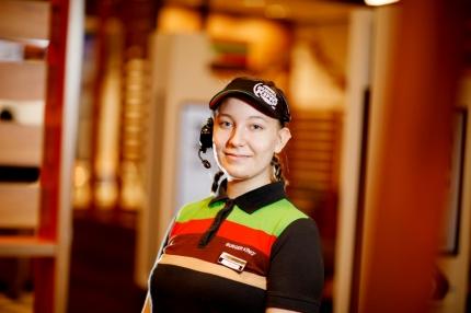 Snabbmatsarbetaren Selina Virtanen: Kundservicejobbet är belönande
