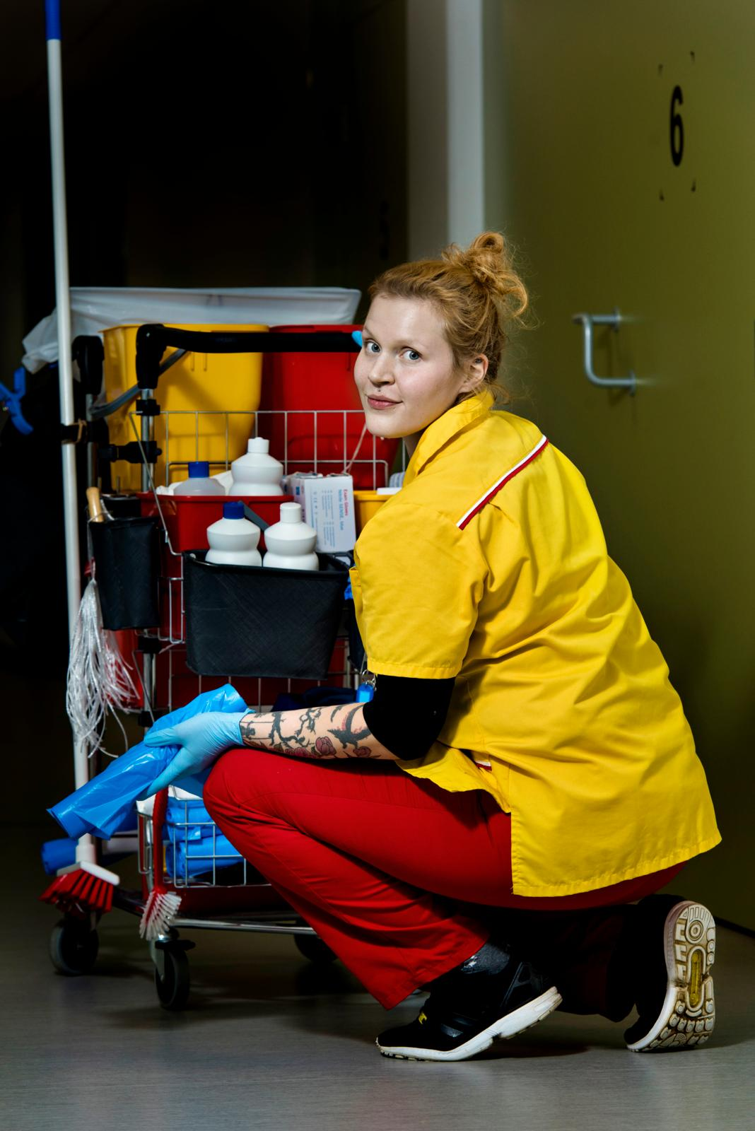 Marika Puumala on sairaalan uusia siistijöitä, mutta toiset ovat olleet näissä töissä jo 30 vuotta. Kuva: Päivi Karjalainen