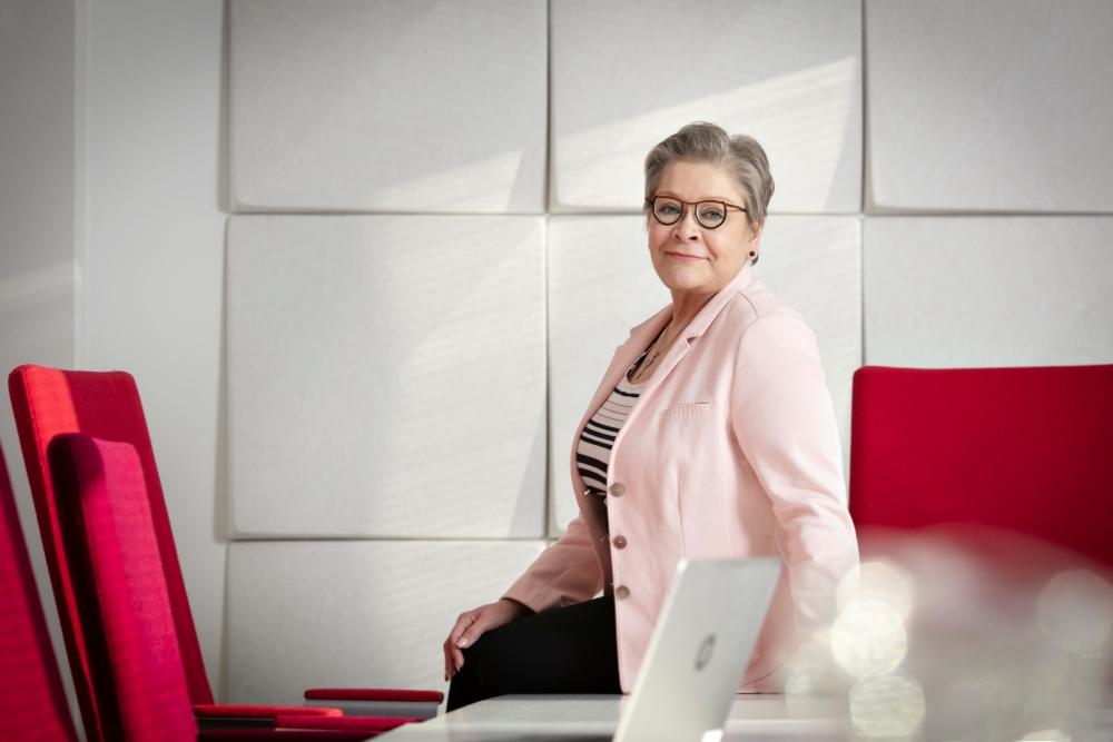 Ann Selinin mukaan suomalainen kolmikantayhteistyön perinne luo ennustettavuuta ja vakautta, joka auttaa myös yritysten toimintaa. Kuvat: Jaakko Lukumaa