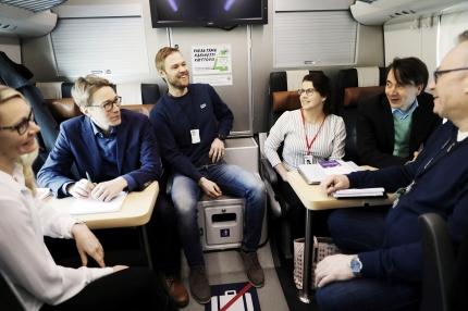 Junaemäntien palkoista neuvotellaan tänään junassa