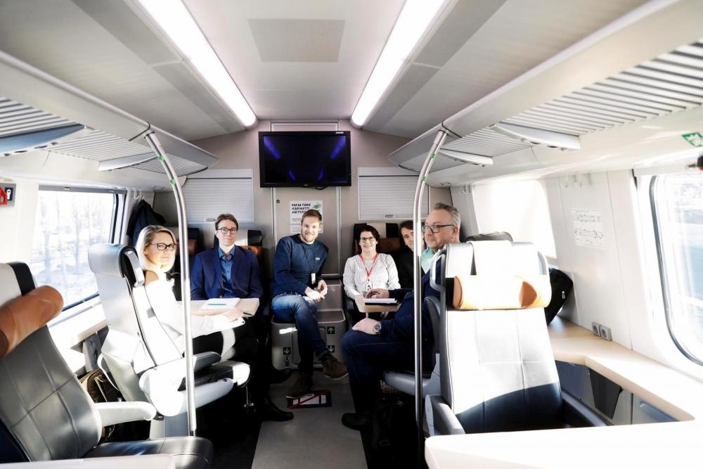 Neuvottelutapaaminen pidettiin hiukan poikkeuksellisesti junassa. Neuvottelijoina Pauliina Latosaari, Janne Kiiskinen, Jaakko Rantala, Sirpa Moilanen, Raimo Hoikkala ja Kimmo Vanhala. Kuva: Liisa Takala