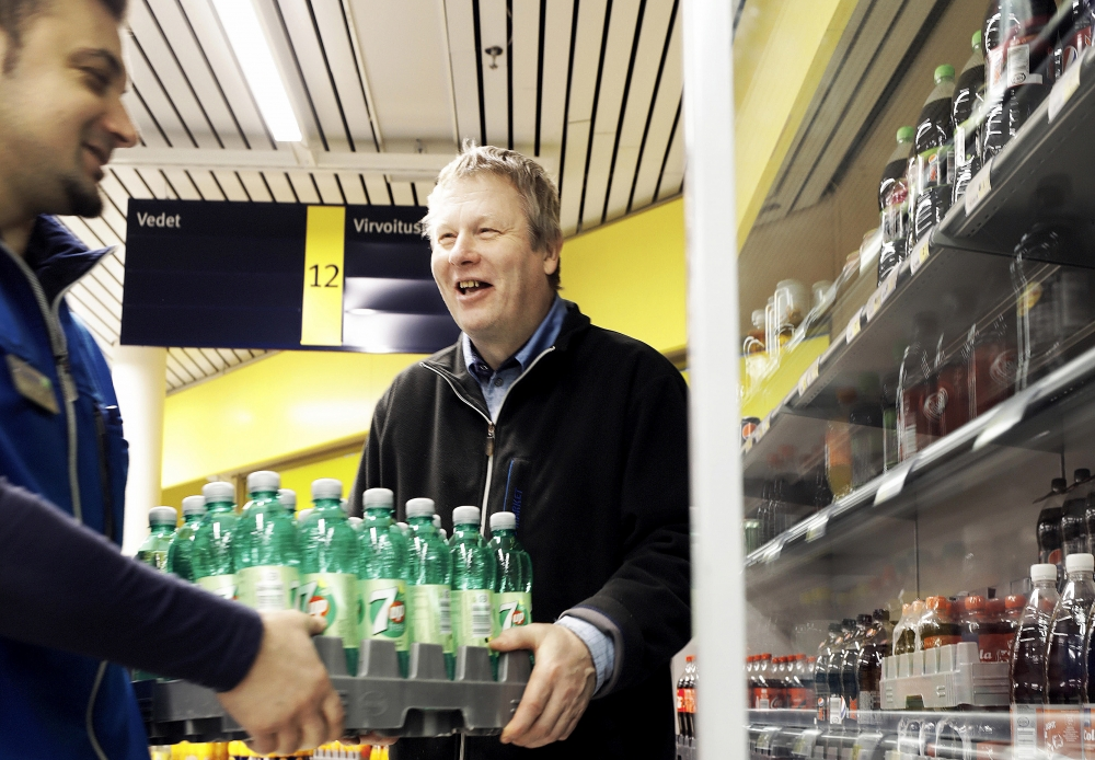 I början fick Pekka mer stöd – nu flyter vardagen ganska rutinmässigt i butiken. Pekka Salomaa har sina arbetsuppgifter som han ofta utför ensam eller med en arbetskamrat. Bild: Liisa Takala.