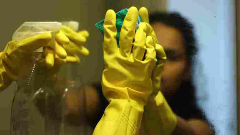 Valvontakäynnit paljastivat puutteita palkkauksessa ja työaikakirjanpidossa siivousalan yrityksissä