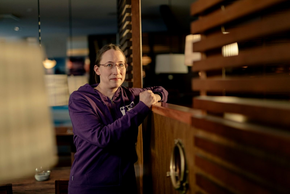 """Regional chief shop steward Niina Ylisirniö tours workplaces and talks to her coworkers about politics: """"They can't keep cutting from the small salaries of low-wage workers."""" Photo: Antti Leinonen Photo: Antti Leinonen."""