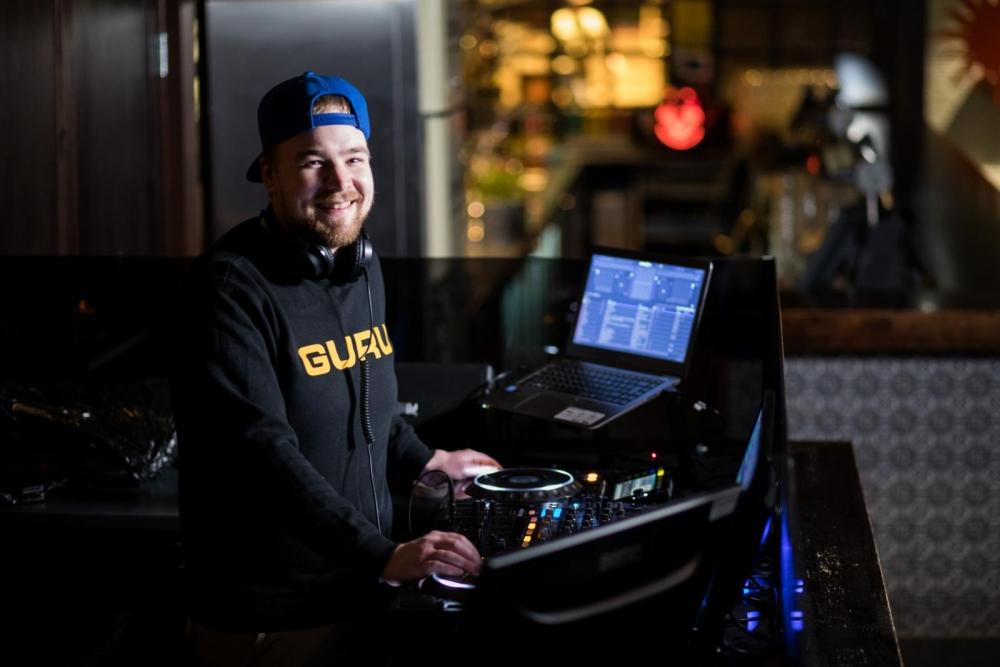 DJ:nä työskentelevä Matti Kiuru kokeili useita eri alojen töitä, ennen kuin löysi nykyisen unelma-ammattinsa. Kuva: Arttu Muukkonen