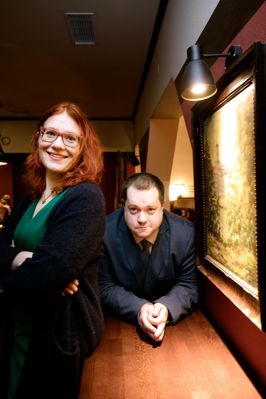 Annika Rönni-Sällinen ja Jouni Tallgren haastateltiin Juttutupa-ravintolassa Helsingissä niin, että he eivät kuulleet toistensa vastauksia. Kuva: Liisa Takala