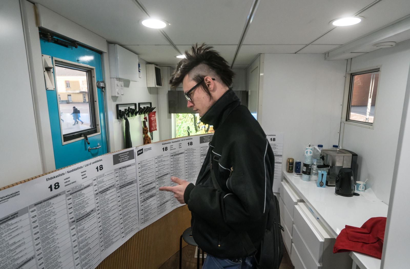 Rekan sisältä löytyvällä äänestyspisteellä voi tutustua liittokokousvaalien ehdokaslistoihin. Kuva: Jukka Rapo.