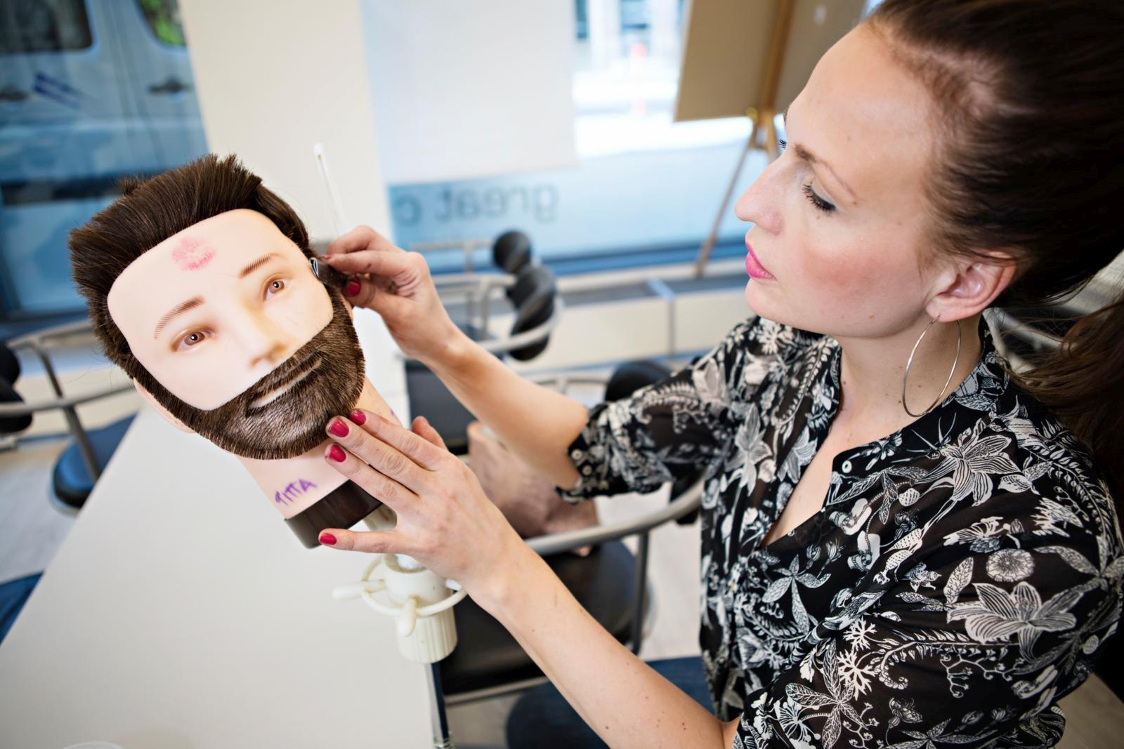 Harjoituspäässä on ollut ties kuinka monta hiusmallia Titta Tervosen opiskelujan aikana. Kuva:Eeva Anundi