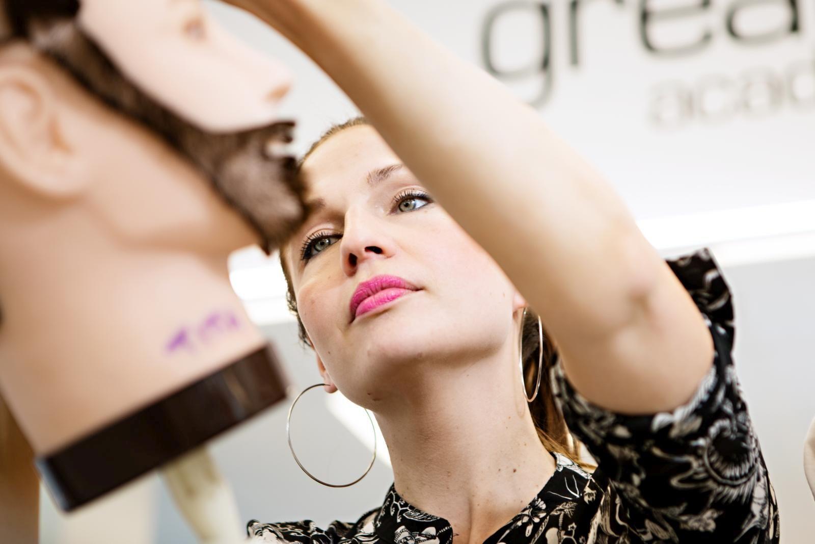 Meikkauksen ammattilainen Titta Tervola voi jatkossa tarjota asiakkailleen myös hiusten leikkausta tai kampauksia. Kuva: Eeva Anundi