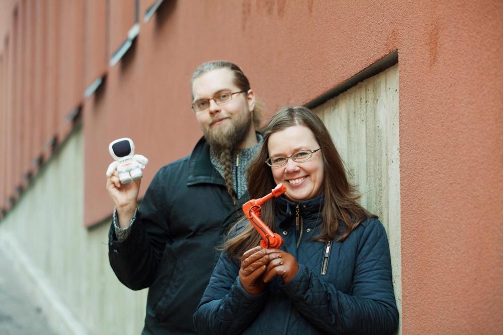 Yhteiskuntatieteilijät Tuuli Turja ja Kalle Laakso tutkivat robotiikan merkitystä ihmisten toimeentulolle, työlle ja tuntemuksille. Kuva: Annina Mannila.