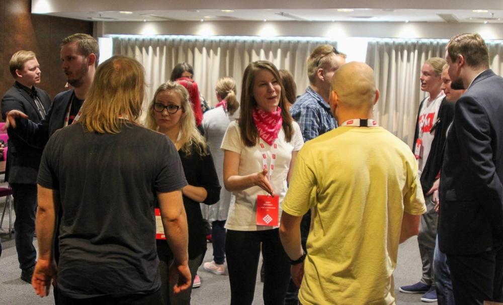 Nuoret liittokokousedustajat verkostoituivat liittokokouksen aattona. Kuva: Tero Leponiemi.