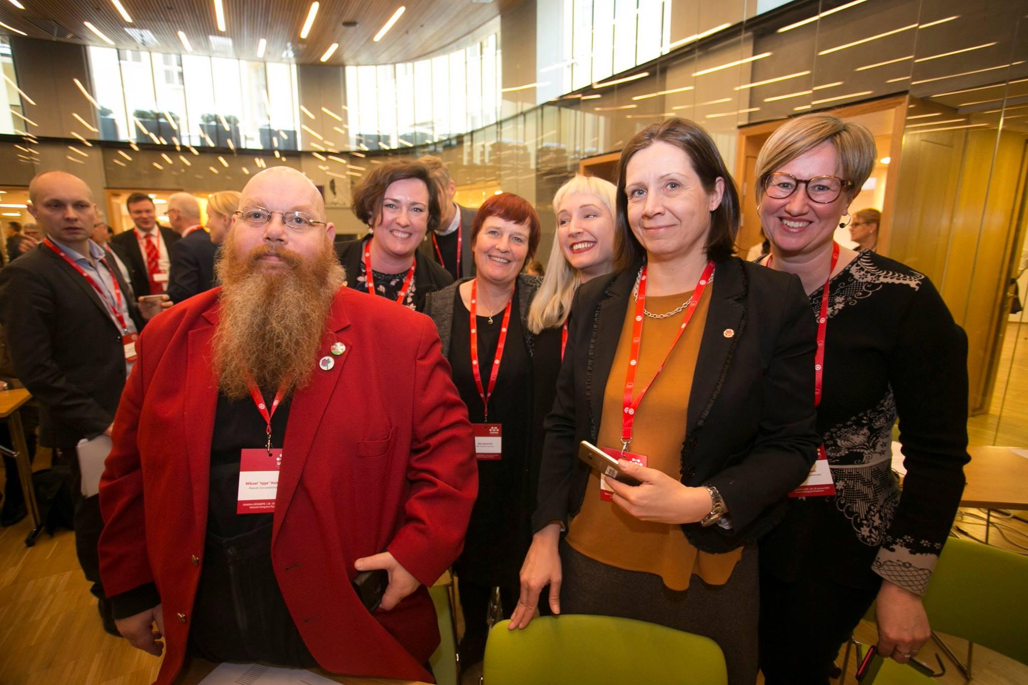 Ålänningar samlade på SAMAK: (från vänster) Igge Holmberg, Sara Kemetter (Nordenskolan), Mia Hanström, Jessy Eckerman (Nordenskolan), Kristin Mattsson, Camilla Gunell från Ålands socialdemokrater. Källa: Pekka Sipola/SAMAK.