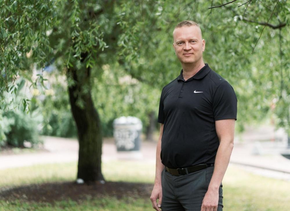 """""""Mobiililaitteiden käyttö on yleistynyt valtavasti, joten otamme sen huomioon myös palveluiden suunnittelussa"""", sanoo Jarno Välke. Kuva: Jukka Rapo"""