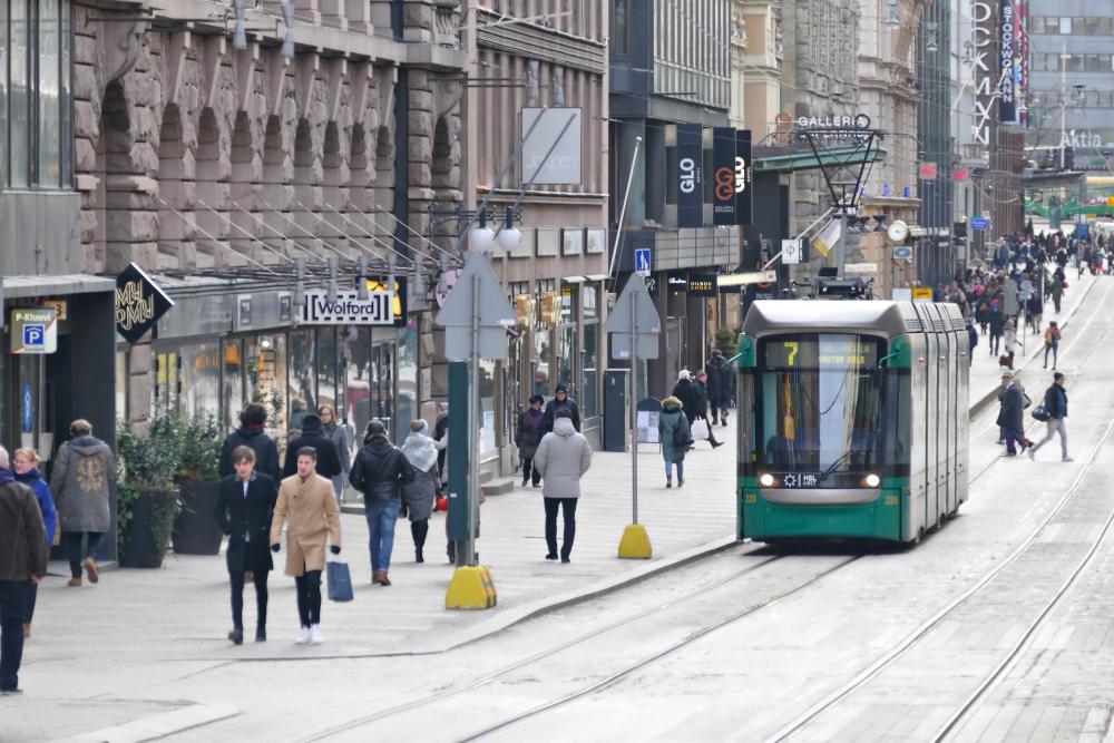 Vastentahtoisesti osa-aikaisia on paljon etenkin kaupan alalla. Aleksanterinkatu on yksi Helsingin vilkkaista kauppakaduista. Kuva: Gettyimages.