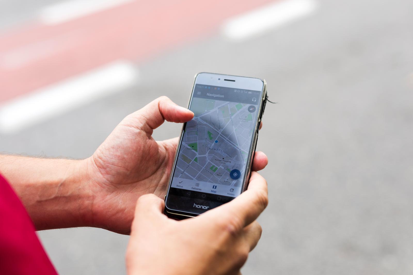 Sovellusten jatkuva käyttö laittaa puhelimen kovalle kulutukselle. Hamidullan puhelimesta akku meni vaihtoon vuoden käytön jälkeen ja sen lisäksi hän on investoitunut usean kympin maksavaan vara-akkuun. Kuva: Anna Autio