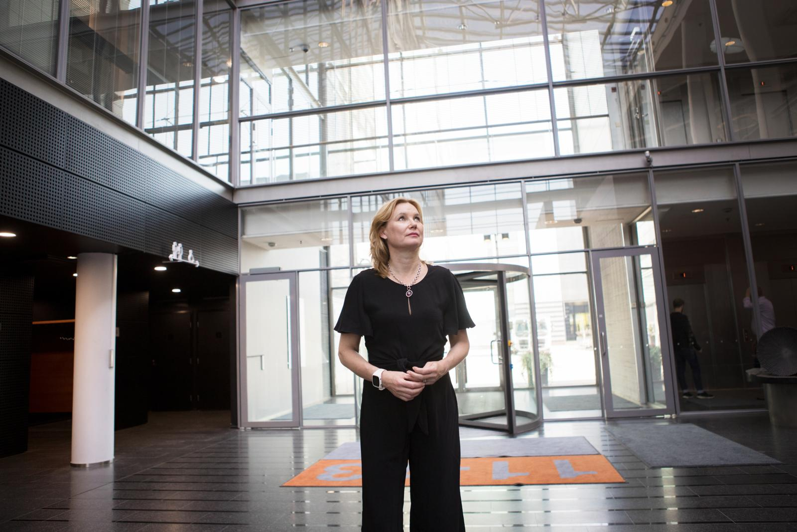 Mari Pantsarin mukaan eri kauppojen ilmastotekojen vertailu on vaikeaa. Hän arvioi yrityksen omia prosesseja, tapaa tuottaa energiaa ja valaista myymälät, mutta myös tuotteiden vastuullisuutta. Kuva: Eeva Anundi