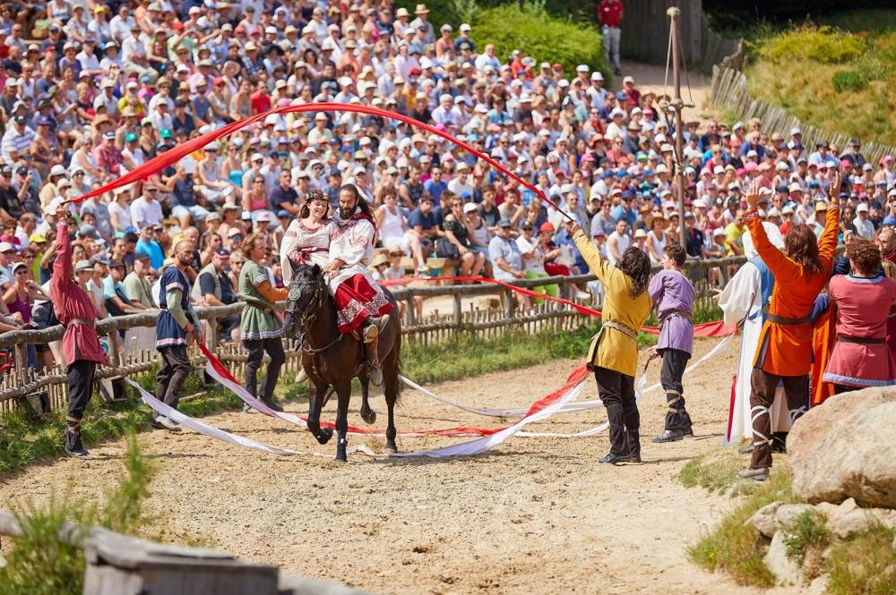 Puy du Fou:n historiallisen teemapuiston esitykset työllistävät 3200 vapaaehtoistyöntekijää ja 600 palkollista. Kuva: Puy du Fou